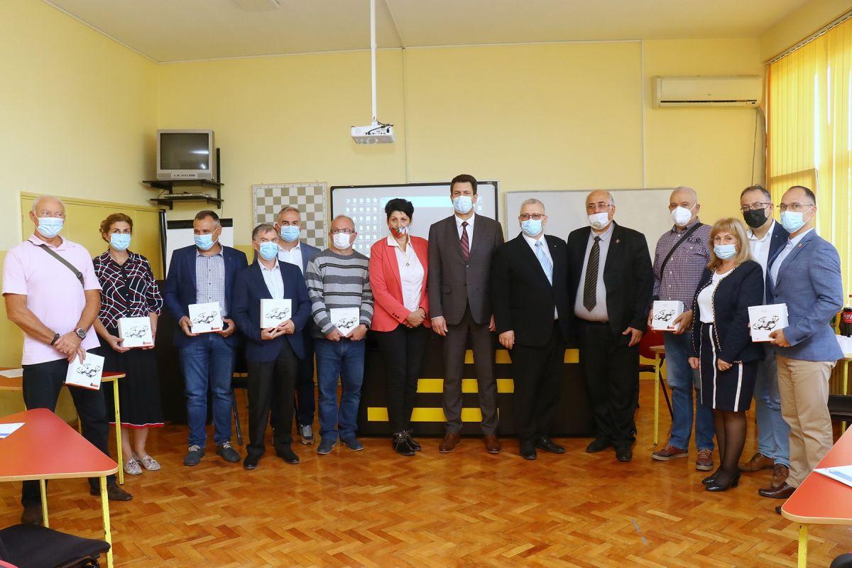 Glas Podrinja / Predstavnici Rotari kluba, gradonačelnik Šapca i direktori osnovnih škola