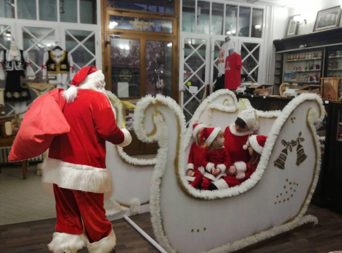 Деда Мраз је ту
