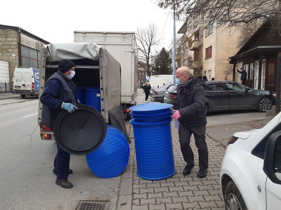 Kanisteri sa sredstvom za dezinfekciju i u selima