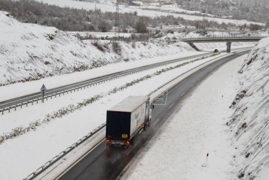 Саобраћај отежан од снега, камиони чекају на граници са Мађарском и Хрватском