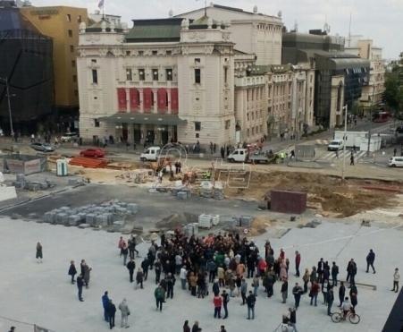 Građani predvođeni predsednikom opštine Stari grad blokirali radove na Trgu republike
