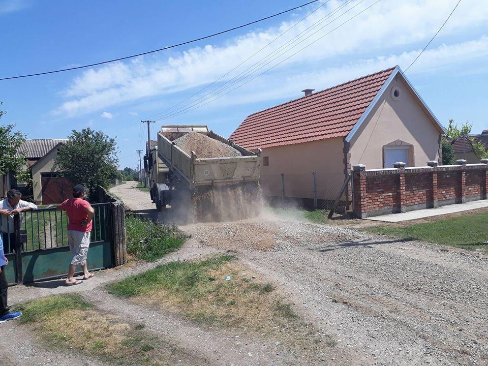 Šljunčenje puteva u Drenovcu