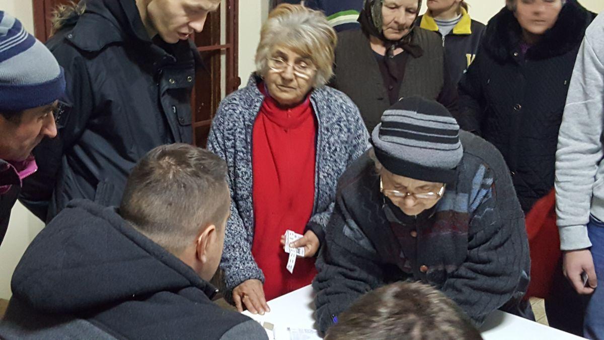 СНС у Дреновцу дели папириће с бројевима које треба заокружити
