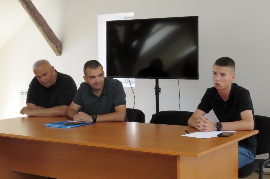 Foto: Glas Podrinja, Dragan Gašić organizator, Dušan Josipovć sudija,  Luka Stanimirović administrator Turnira
