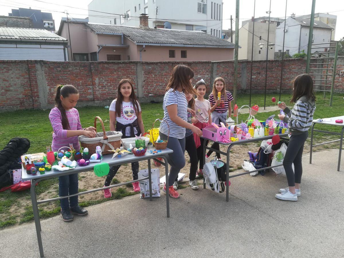 Продајна изложба у Натиној школи
