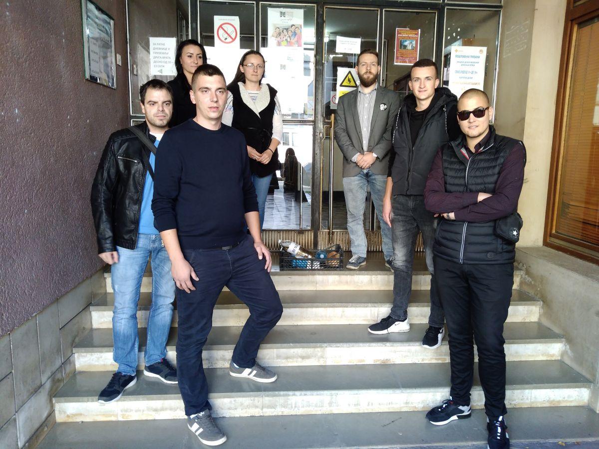 Savez mladih Šabac izveo performans ispred sedišta SPS