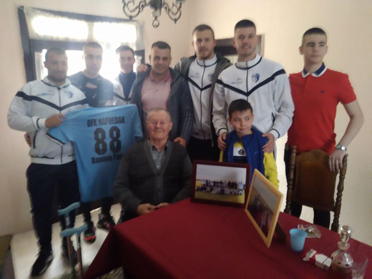 """Uramljene fotografije i dres, pokloni fudbalera """"Napretka"""" iz Banovog Polja za 88. rođendan dede Janka Banovca, najvernijeg navijača"""