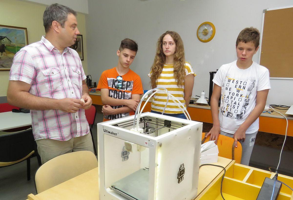 Foto: Glas Podrinja / Profesor Milan Savić sa polaznicima letnje školice u CSU