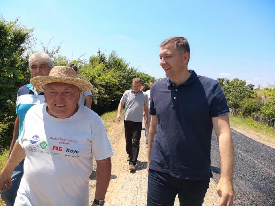 Asfaltiranje puta u Metliću