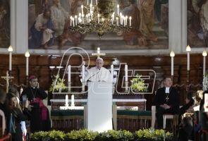 Папа признао да скандали са злостављањима терају људе од цркве