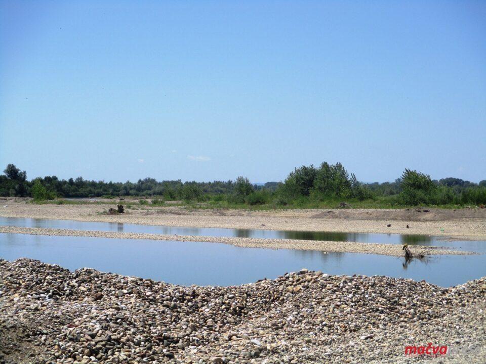 Неуређена дринска плажа у Мачви