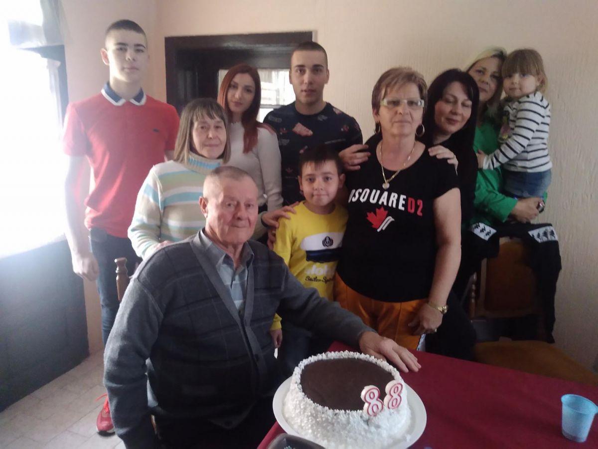 Слављеник окружен великом породицом