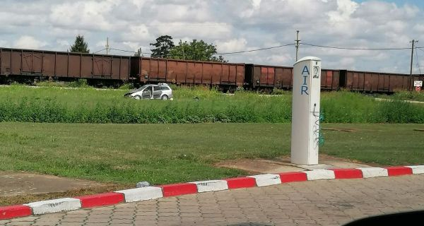Voz udario u automobil sa porodicom na pruzi