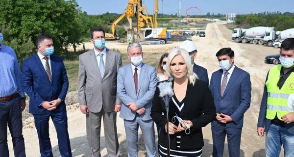 Otpočeli radovi na pobijanju šipova za izgradnju novog mosta preko reke Save kod Šapca za autoput i brzu saobraćajnicu Ruma-Šabac-Loznica