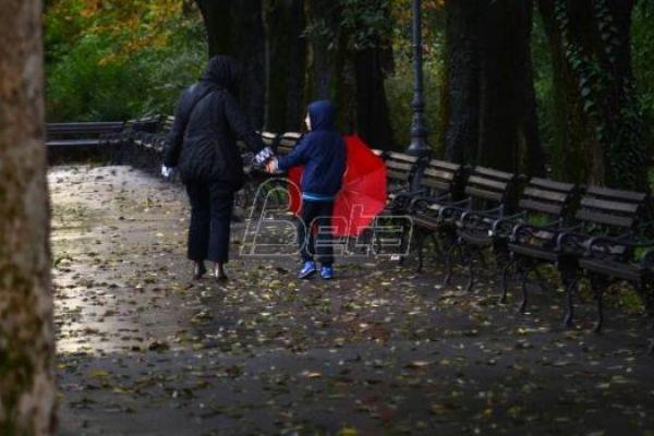 Sutra pretežno oblačno, mestimično s kišom
