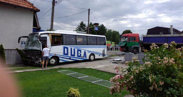 Судар камиона и аутобуса