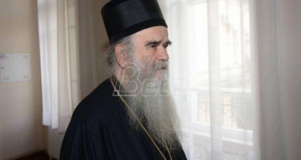 Mediji: Amfilohije i grupa sveštenika privedeni u policiju zbog okupljanja ispred verskih objekata