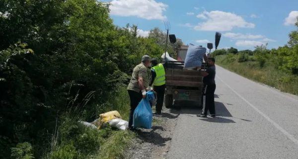 Uklonjeno smeće pored puta