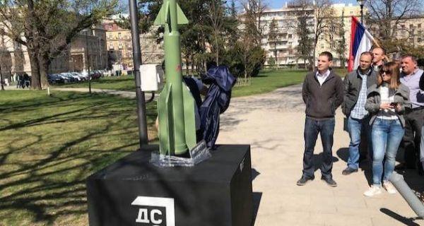 Представници ДСС у Београду поставили споменик Александар Вучић - последња НАТО ракета