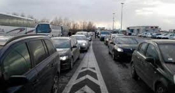 Putnička i teretna vozila čekaju jedan sat na prelazu Preševo