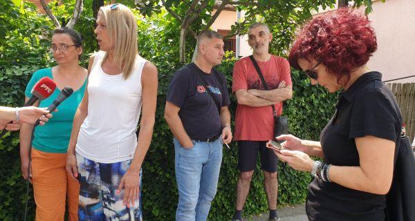 Окупљање шабачких родитеља испред Старе робне куће због одлагања тестова