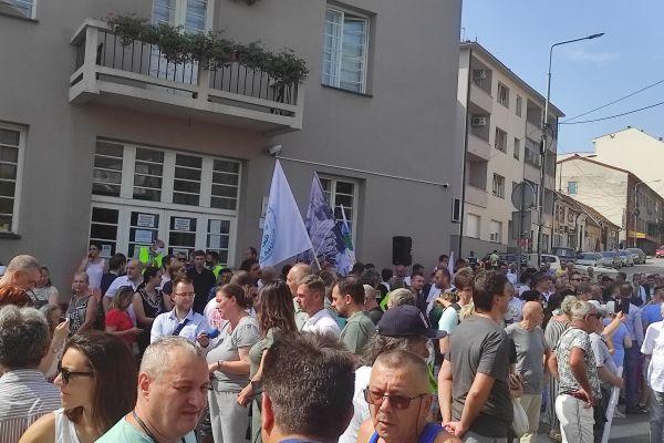 Protestni skup ispred Skupštine grada Loznice