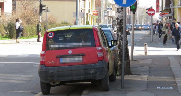 Свакодневно непрописно паркирање у граду угрожава безбедност пешака и саобраћаја