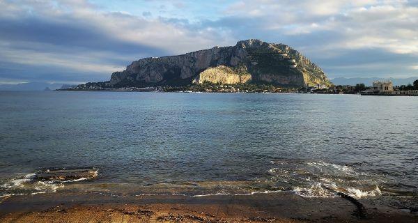 Italija: 70 migranata skočilo sa broda koji je čekao dozvolu da pristane