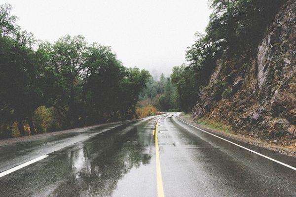 AMSS: Teški uslovi za vožnju zbog mokrih kolovoza i smanjene vidljivosti