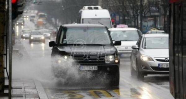 AMSS: Opreznija vožnja zbog pojačanog saobraćaja i mokrih kolovoza