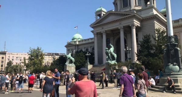 Протест грађана испред Скупштине Србије